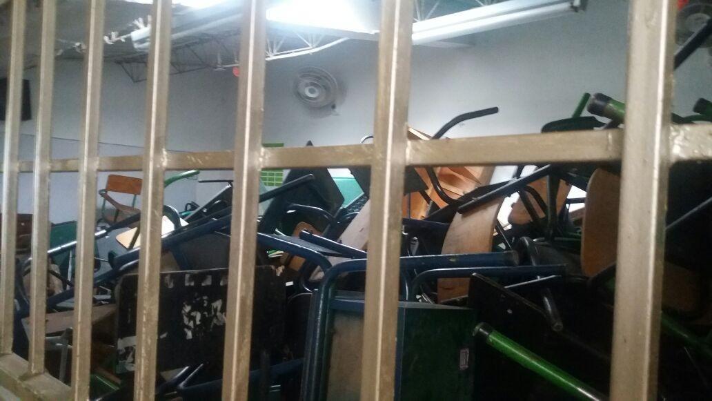 Por pedazos se cae colegio en Ibagué