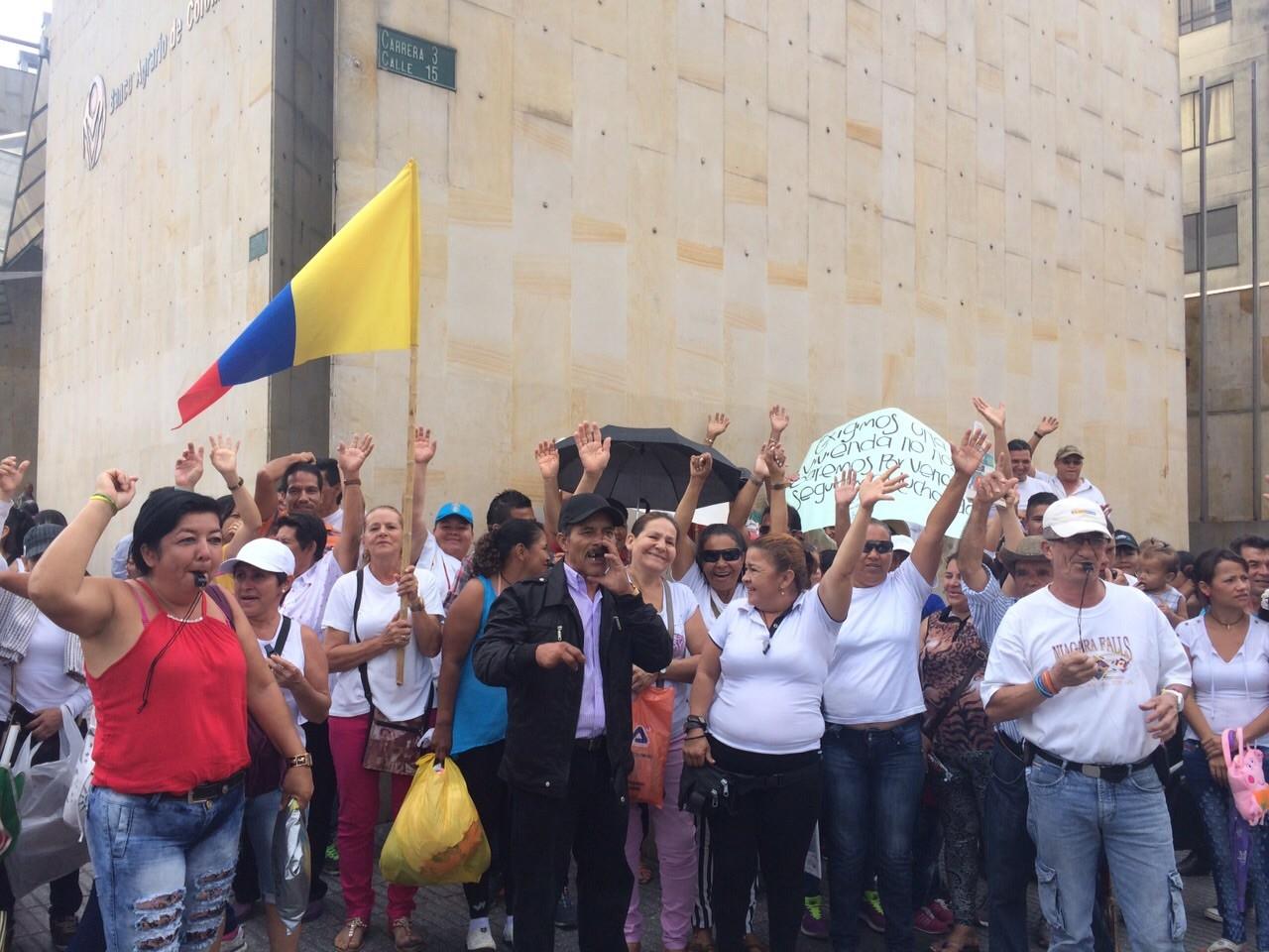 Invasores piden que la Policía no los persiga más, protesta peculiar ayer en el centro de Ibagué