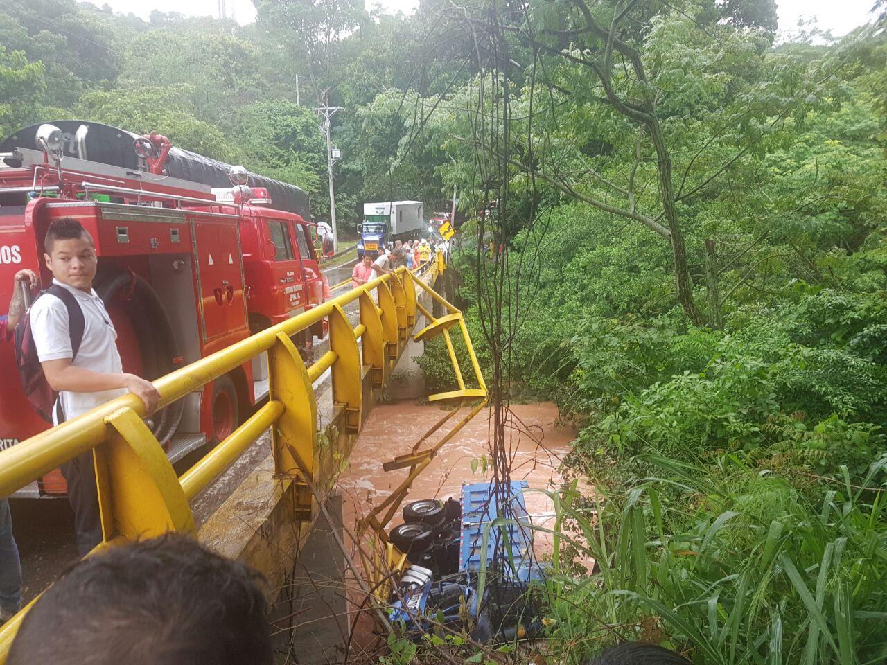 Volqueta cayó al río Gualanday, conductor se salvo de milagro