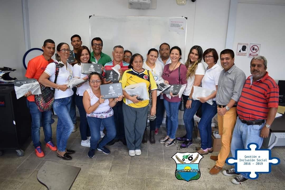 Alcaldía de Saldaña entrega computadores para educar