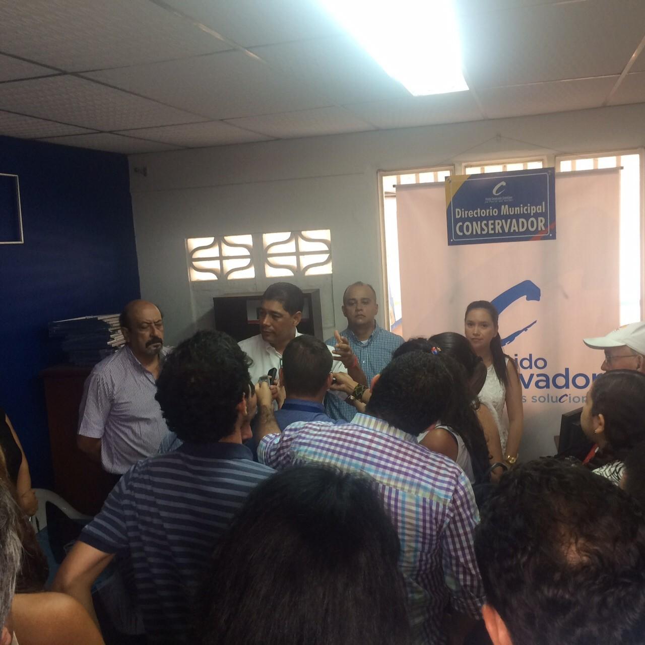 Asesor de Secrehacienda y Alcalde apareció con Toledo, haciendo política