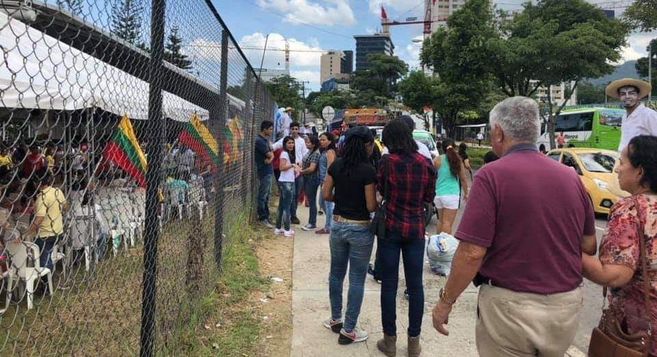 Vecinos molestos con acto político al lado de la estación