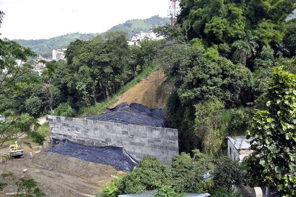 Investigan a Luis H por hacer muro que no sirvió para nada