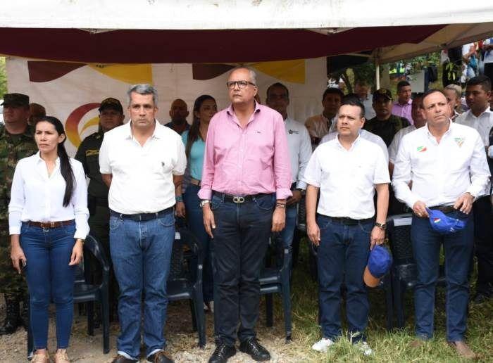 Gobernador en Chaparral preside asamblea de educación