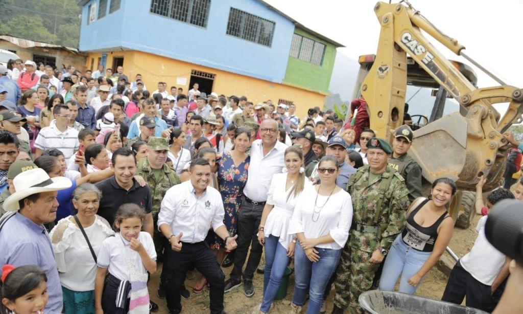 Obras en Chaparral son para su gente, y no para partidos políticos