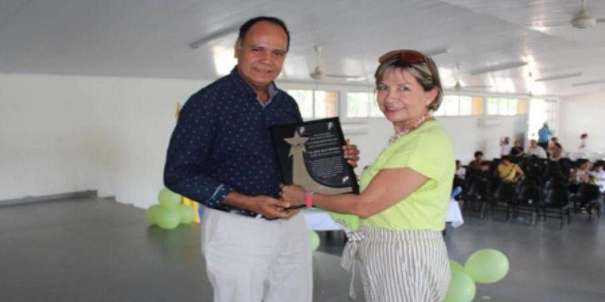 institución educativa rinde homenaje al alcalde de Saldaña