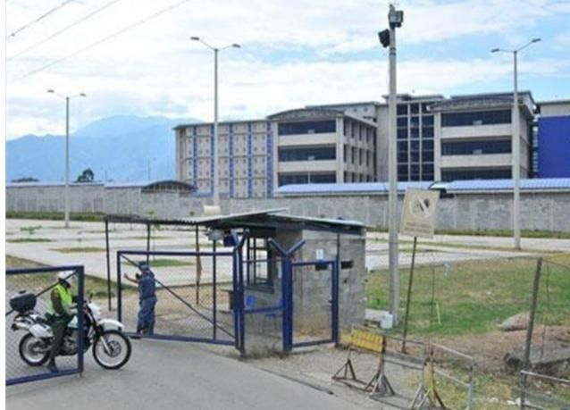Reportan incendio dentro de la cárcel de Picaleña