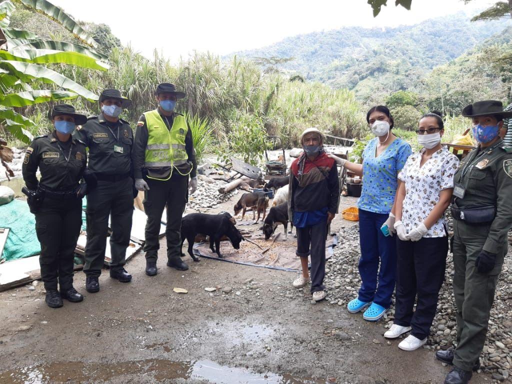 Policía llevó ayudas a los animales abandonados