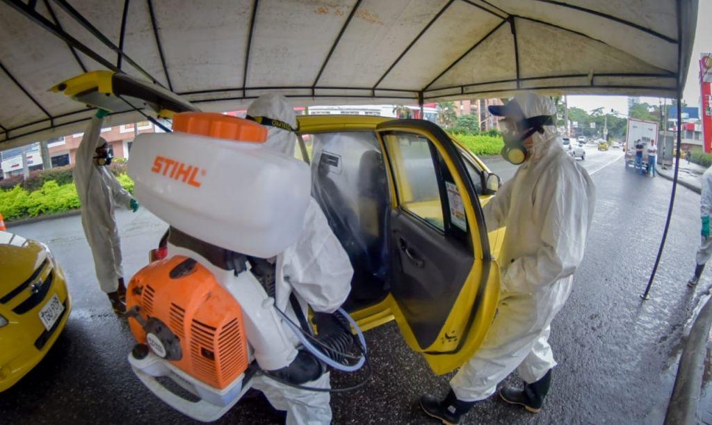 Desinfectan taxis en Ibagué, para frenar el covid-19