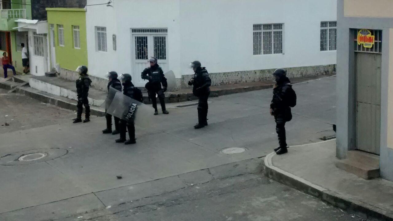 Barrio de Ibagué se convierte en campo de batalla, hasta los niños salieron afectados