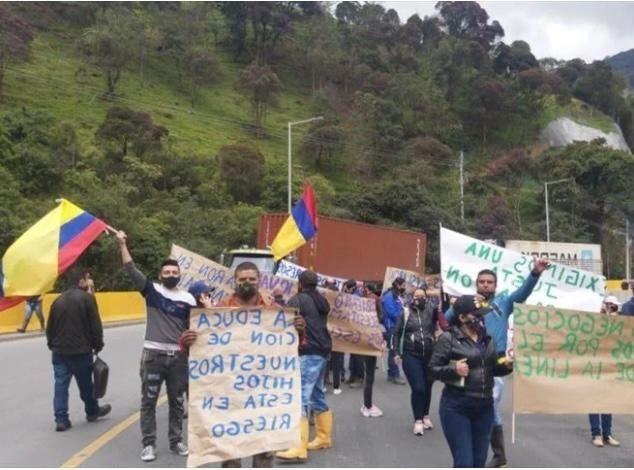Trabajadores del túnel la línea, protestan por falta de pago