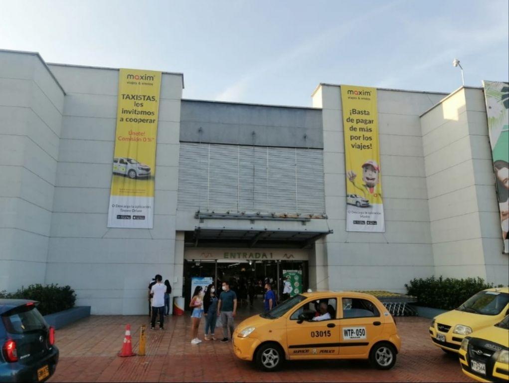 Taxistas protestan contra multicentro, por apoyar la piratería
