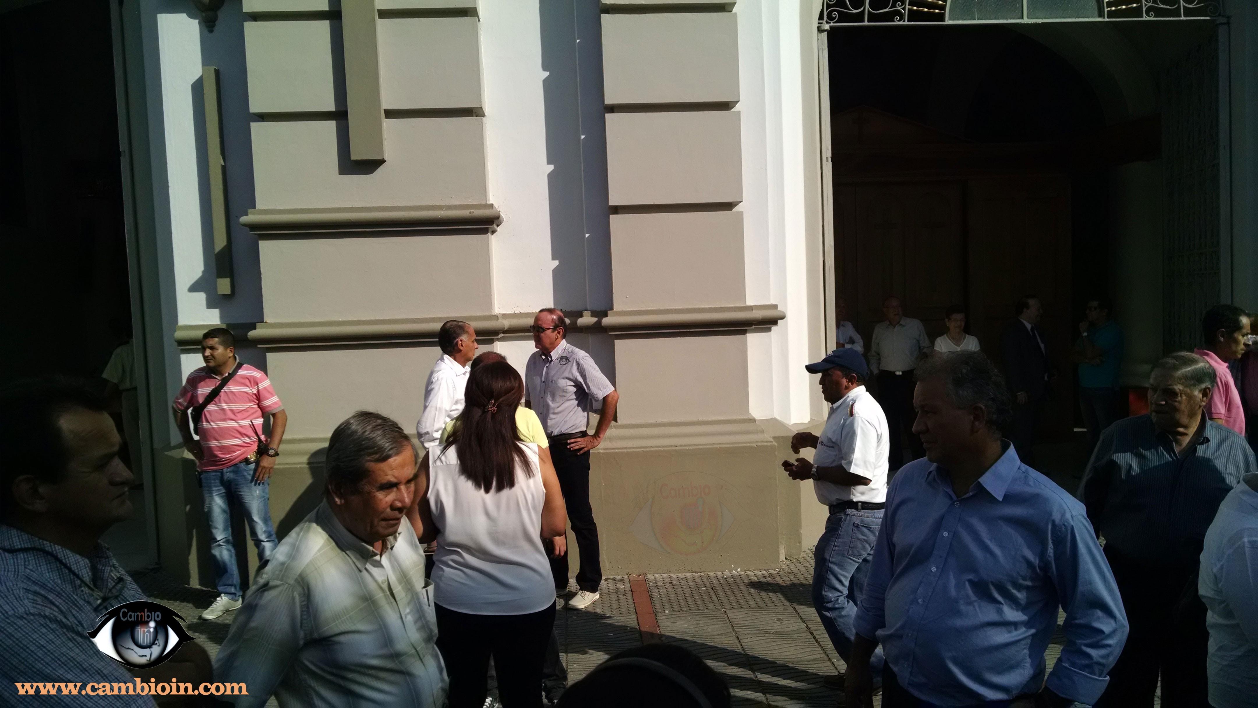 Gobernador y candidato Jaramillo, se reúnen a las afueras de la catedral. Para algunos es participación en política