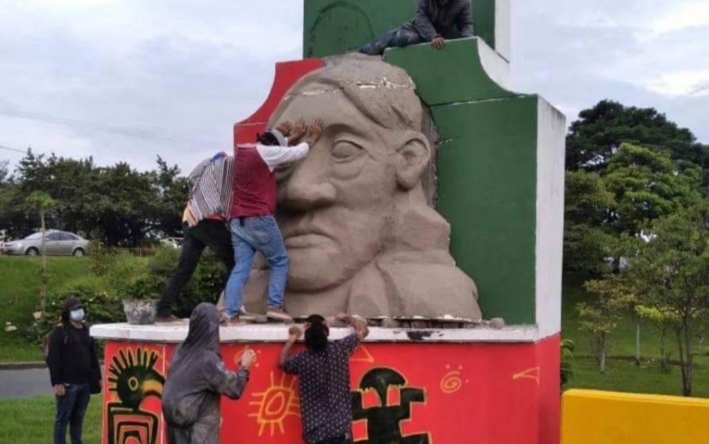 La primera línea cambió, monumento de A. Galarza, por el de los ancestros