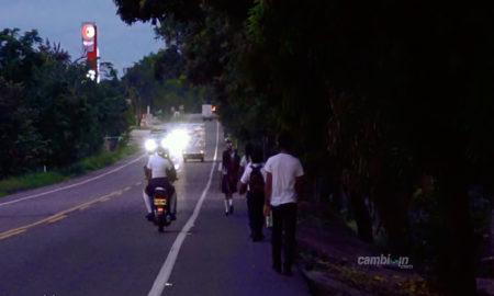 estudiantes-a-pie-por-via-peligrosa-para-llegar-a-sus-colegios.-cambioin.jpg